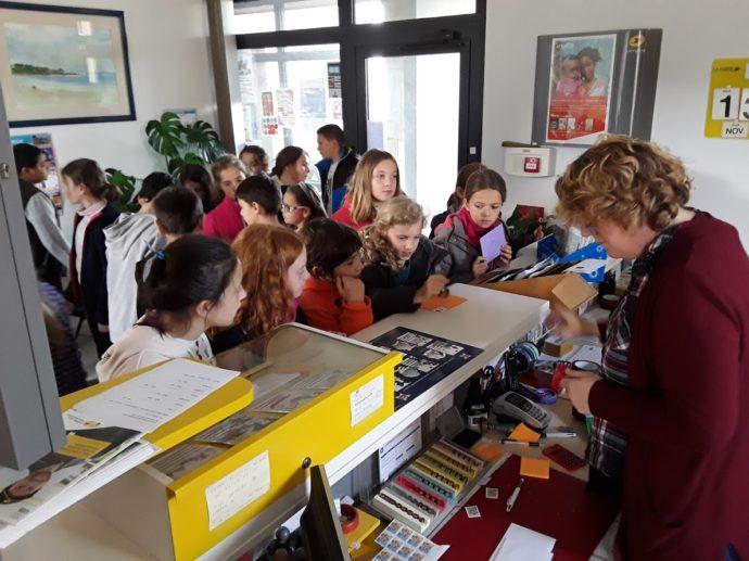Trévou-Tréguignec Les enfants de CM2 du RPI préparent un courrier et vont à la poste…