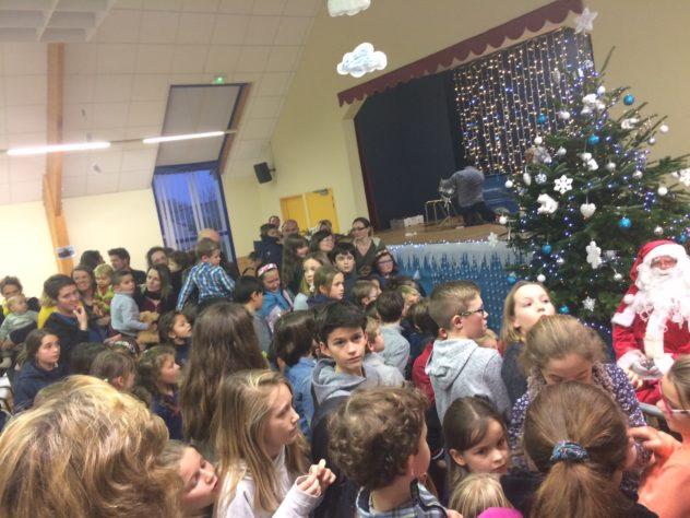 Trévou-Tréguignec : qu'ils ont de la chance les petits trévousiens… Père Noël en calèche, spectacle et cadeaux, goûter… Que du bonheur !!! (photos de la journée ici)