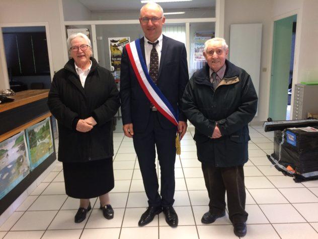 Trévou-Tréguignec Amélie et Robert Marais reçus en mairie pour fêter leurs  noces de palissandre: 65 ans de mariage; Pierre ADAM maire a tenu à recevoir personnellement Mr et Mme Marais le 8 mai