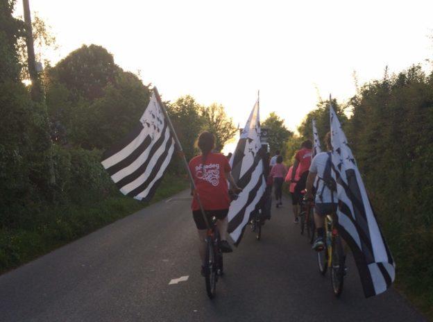 Trévou-Tréguignec La REDADEG est passée par Trévou ce jeudi 10 mai 2018 vers 21h… coureurs, bretonnants, soutiens à la langue bretonne, étaient présents.. 10ans de la Redadeg… (ici photos 2018 et 2016)