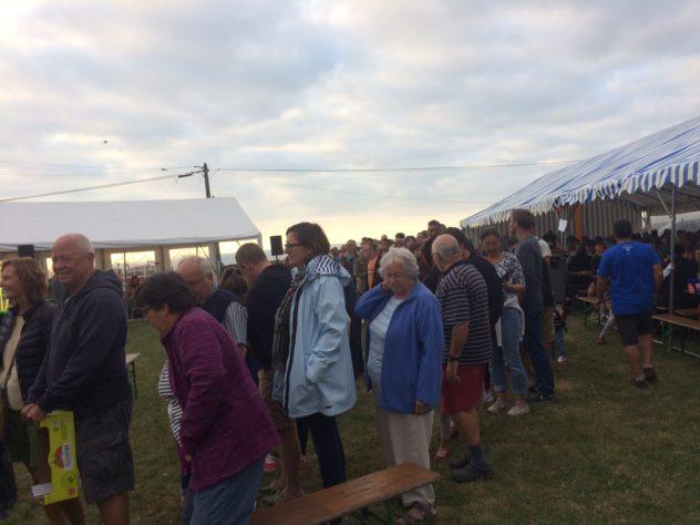 Trévou-Tréguignec Vif succès du repas moules-frites organisé par les Usagers du Port du Royau  le 15 août animé par les Huns et «Canards à l'orange»… photos