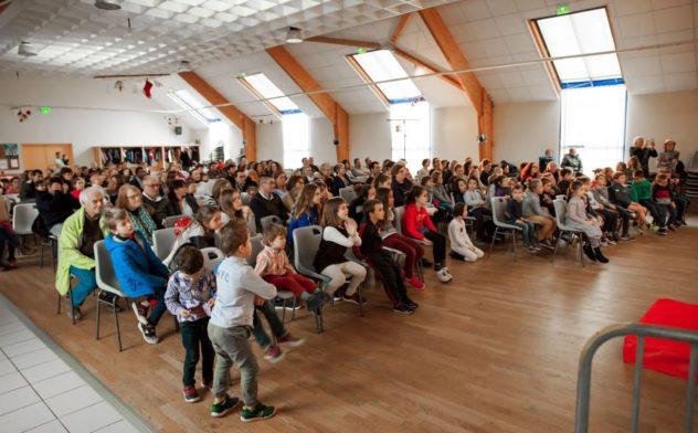 Trévou-Tréguignec Le Pêre Noël du Comité des Fêtes de Trévou a fait près de 160 heureux de moins de 12 ans: confiseries mais aussi spectacle et cadeaux