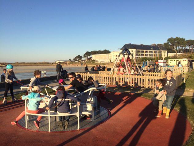 vendredi 15 février Trestel  beaucoup de monde à la plage et sur les jeux du front de mer… un régal ce beau temps!    Trévou-Tréguignec