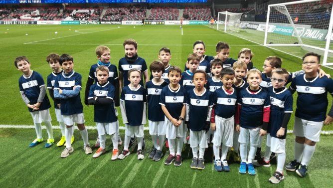 Les enfants de l'école de Foot ont accompagné les joueurs d'En-Avant sur le terrain! quel événement !  merci Solenn ……………. Trévou-Tréguignec