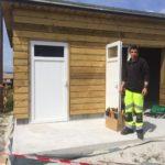 Mathieu Le Roy, des Services Techniques, s'applique sur le chantier des sanitaires du Royau                           Trévou-Tréguignec