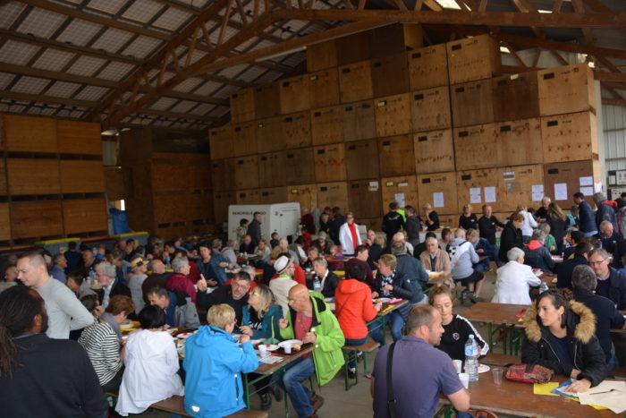 Tous à la ferme  2000 personnes ont découvert l'exploitation d'Yves, Pierre et Mathieu ADAM à Saint Guénolé en Trévou;  belle démonstration des outils actuels pour produire en agriculture biologique