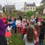 Les CE-CM de l'école St Michel ont visité le jardin partagé guidés par Catherine Fauvelle; puis séance peinture sur ardoise                     Trévou-Tréguignec