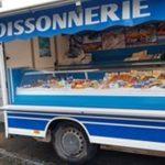 un poissonnier le samedi matin devant la supérette Vival …. poissons, coquillages et crustacés…. à Trévou