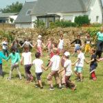 Les GS et CP de la classe de Rachel Coadou -RPI-pôle de Trélévern- sont venus visiter le jardin partagé de Trévou et participer à différents ateliers «nature»