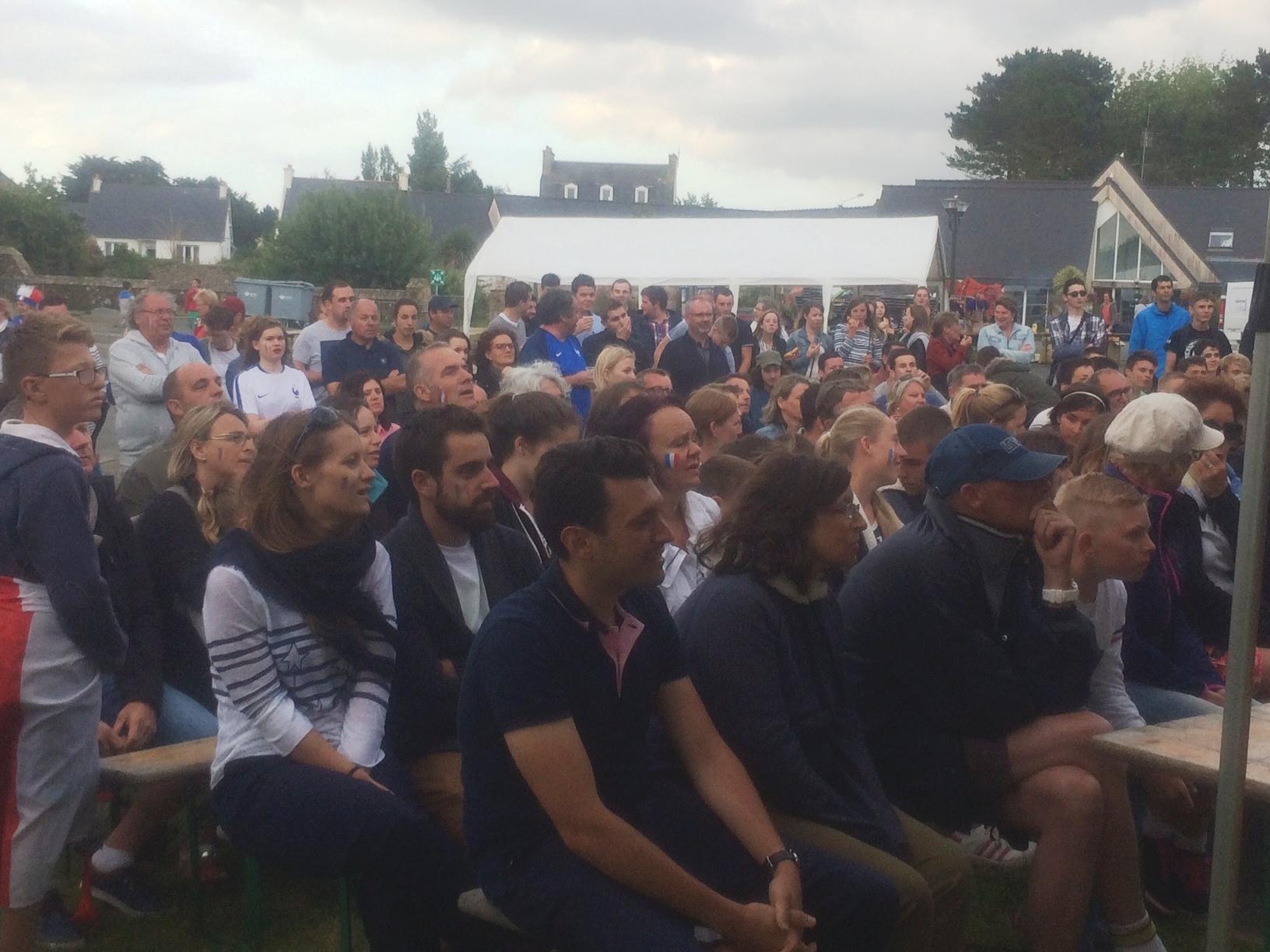 il y avait du monde à regarder la finale de foot sur écran géant au bourg de Trévou,