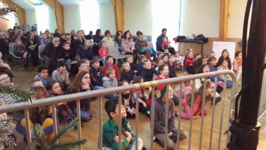 Trévou-Tréguignec le Père Noël a remis un cadeau aux 148 enfants de la commune de moins de 12 ans à l'issue du spectacle d'Enzo le clown