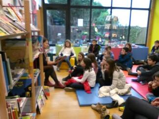 Trévou-Tréguignec les enfants de CM2 du RPI en atelier lecture à la Médiathèque