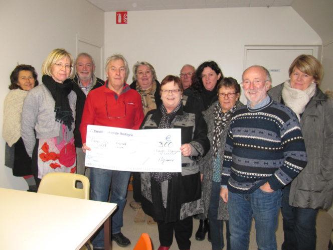 Trévou-Tréguignec  les  Mignoned Zant Gwenolé offrent un chèque de 300€ pour l'IRM de l'hôpital de Lannion et gâtent de nombreuses associations