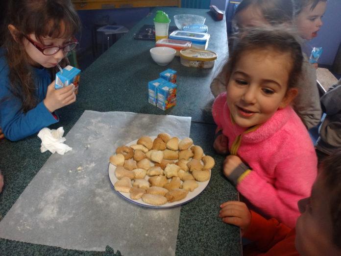 Trévou-Tréguignec  atelier culinaire à l'école St Michel, à la découverte de gâteaux tunisiens