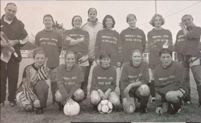 Trévou-Tréguignec  souvenirs de l'équipe de foot féminin de l'an 2000