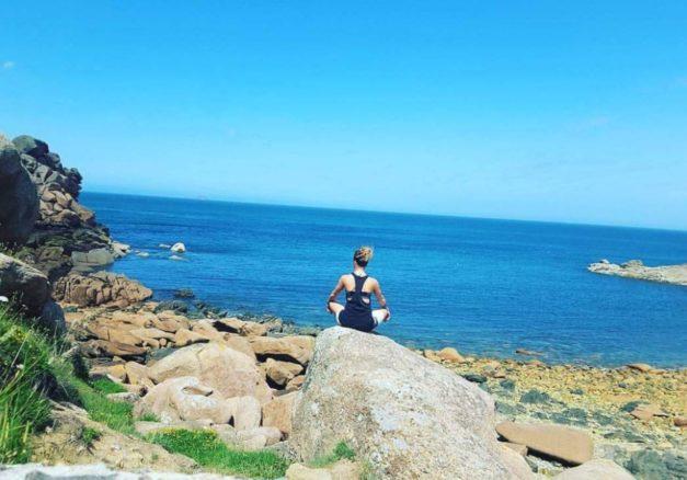 Des cours de yoga sur le front de mer de Trestel avec Océane tout l'été le dimanche  de 18h à 19h15 et/ou de 19h30 à 20h45                                Trévou