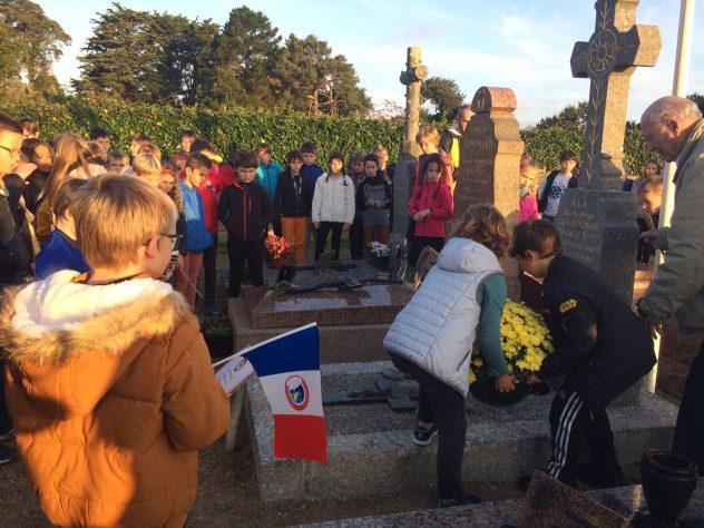 """Les membres du """"Souvenir Français"""" proposent des petits drapeaux au cimetière"""
