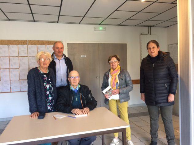 """Roland Riou retraité trévousien a  dédicacé son livre """"mémoires""""  """"P'tit Job"""" ce samedi 4 mai. Livre à vendre au Dauffy (presse)"""