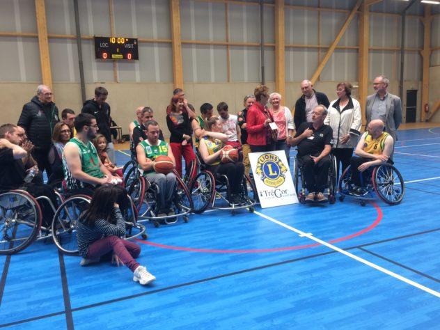 Forum sport pour tous à la salle de sport : match de hand  adapté et  de basket  en fauteuil photos du public et des joueurs         Trévou