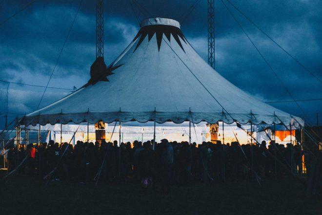La 7ème édition du festival Chausse Tes Tongs  a emporté un vif succès dans une ambiance très conviviale; des milliers de festivaliers au stade sous chapiteau  (photos)   Trévou