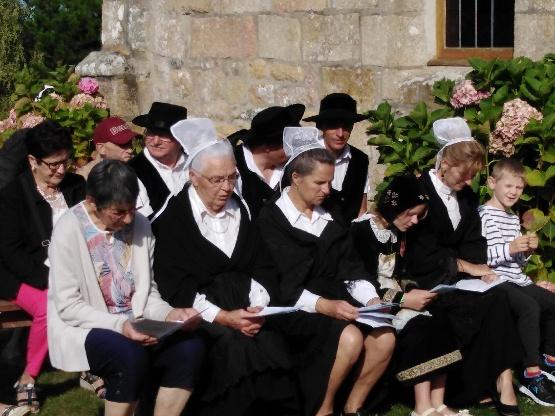 Pour embellir la messe et la procession du  pardon de Saint Guénolé des adultes et des enfants ont enfilé les costumes bretons      Trévou