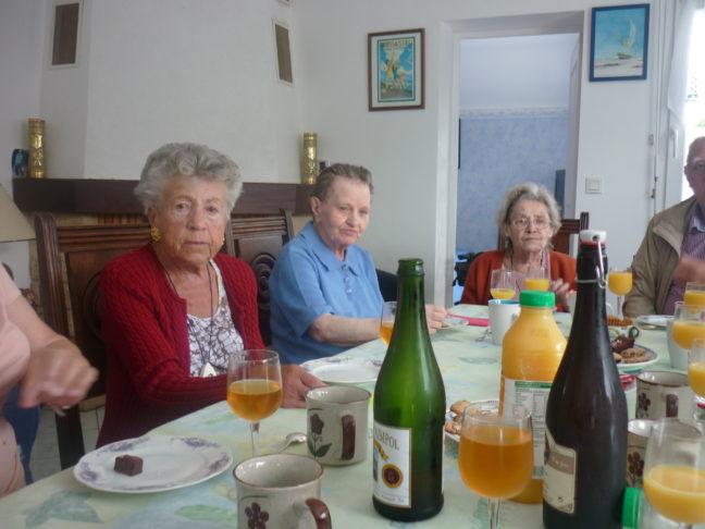 Quelques résidents des Glycines en sortie chez une bénévole Rue du Moulin à Trévou