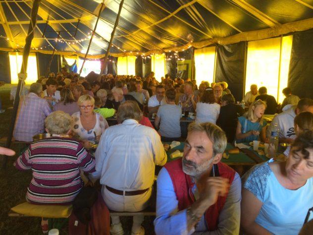 3 jours de fête pour le pardon de St Guénolé en Trévou…. une belle brocante, un concert, des concours de boules, un cochon grillé servi à près de  500 convives, mlais aussi une balade en voitures anciennes