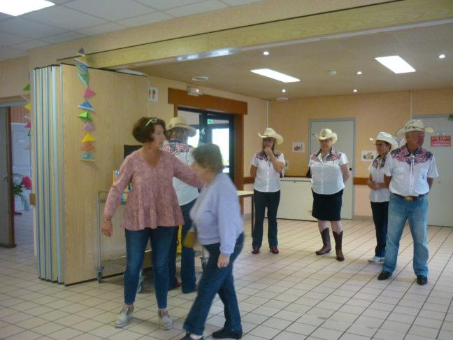 Les résidents de la résidence autonomie des Glycines de Trévou  ont accueilli un spectacle de danse country avec leurs camarades des foyers de Perros et Tréguier