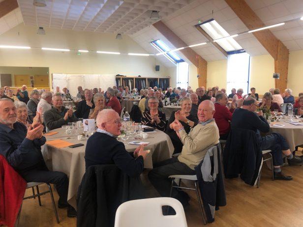 Les anciens qui n'avaient pas pu prendre part au repas offert aux personnes de Trévou-Tréguignec de 72 ans et plus reçoivent la visite des élus qui leur déposent un petit cadeau