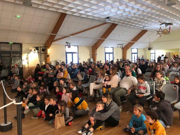 Un spectacle qui a captivé les enfants et surtout des cadeaux remis par un vrai Père Noël grâce à l'équipe du Comité des Fêtes de Trévou-Tréguignec… Quelle chance d'être un petit trévousien ce dimanche!!