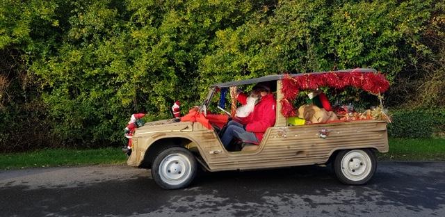 Un père Noël très généreux en Méhari dans les quartiers de Trévou-Tréguignec!! (photos)