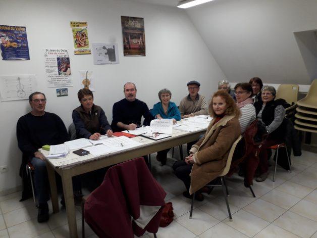 """Le bureau du Centre Culturel Saint Guénolé s'est réuni autour du Président Yvon Riou pour préparer le Fest-Noz du 4 avril et le programme des causeries en Breton au """"Côte à Côte"""" au bourg"""