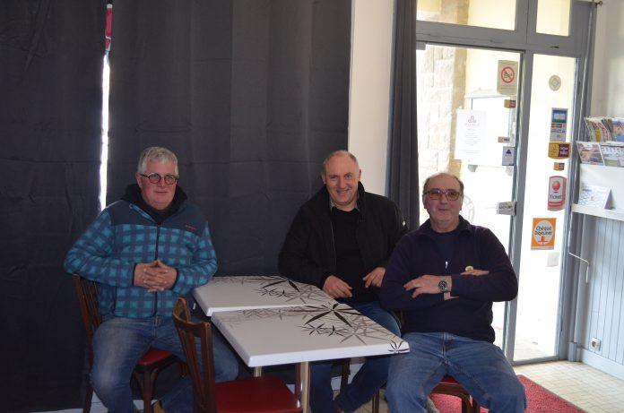 Jean-Michel Trémel le facteur d'une partie des trévousiens a fait sa dernière tournée ce mercredi et a été invité par Pierre Adam et Yves Le Flanchec à une pause repas au Côte à Côte à Trévou