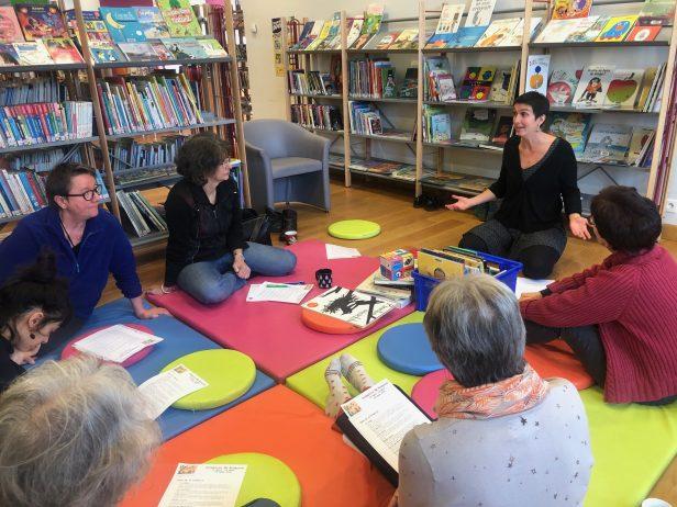 Parce que les bébés ne sont pas seulement des tubes digestifs…. :)   À la bibliothèque de Trévou un atelier sur la Santé Culturelle du bébé à travers la lecture. (photos et vidéo)