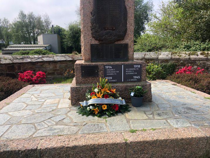 Déportations : le drapeau Français  a été pavoisé et le Maire, Pierre Adam a déposé une gerbe au Monument aux Morts le 26 avril