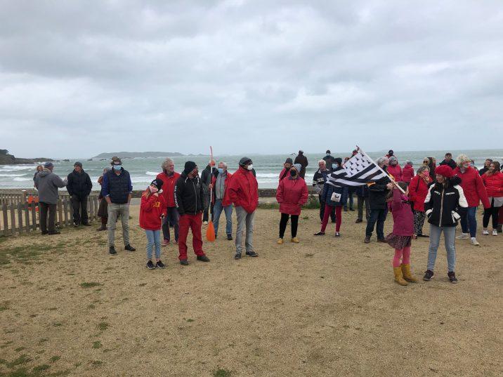 """80 participants présents au côté de l'association """"Nique Pas Ta Mer"""" (NPTM) pour demander d'ouvrir les hectares d'estran des plages bretonnes."""