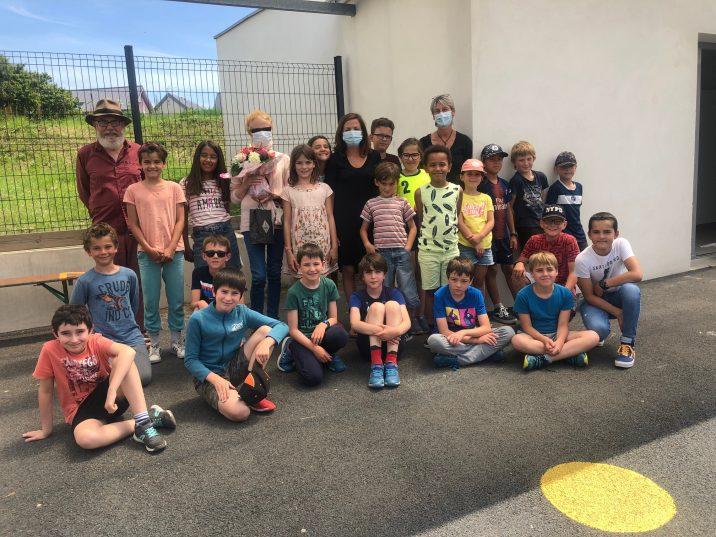RPI école publique, pôle de Trévou, les parents d'élèves remercient Anne-Marie Gauthier pour son bénévolat auprès des enfants….