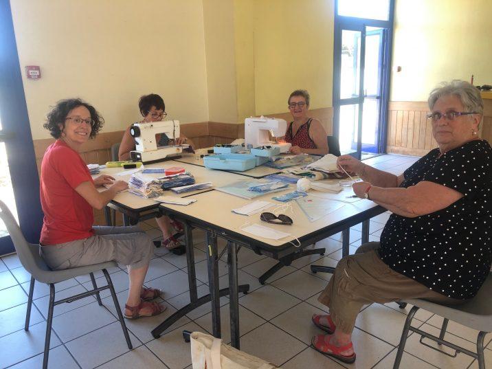 Les couturières bénévoles de Trévou-Tréguignec avaient fabriqué plus de 300 masques en mai dernier. Elles vous proposent de les rejoindre pour d'autres ateliers de fabrication de masques en tissu