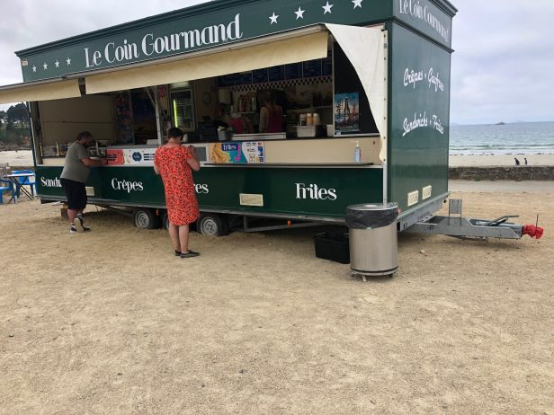 Ça sent bon l'été… Le camion-restaurant de Jean et Véronique  est installé à Trestel sur le front de mer…