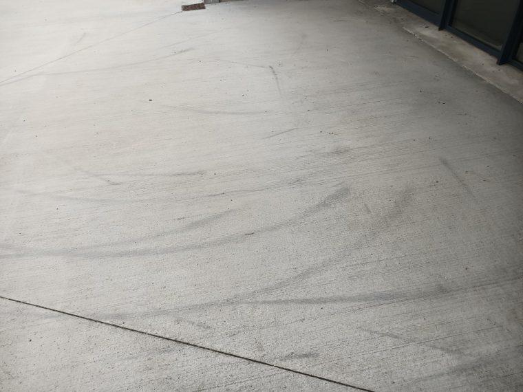 L'esplanade de la salle de sports n'est pas une piste cyclable…