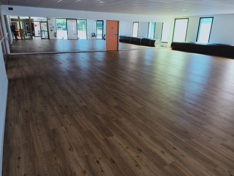 La salle annexe de la salle de sports équipée de miroirs très précieux pour les prochains cours de danse (et autres) à Trévou-Tréguignec