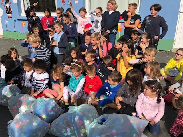 Bouchons de l'Espoir : l'école St Michel de Trévou remet 12 sacs de 30 litres à l'association.