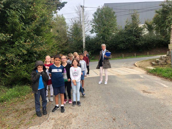 Rencontre sur le chemin de Crech'Ars avec la classe de Sylvie Le Gall rentrant d'un cours d'EPS à la salle de sport