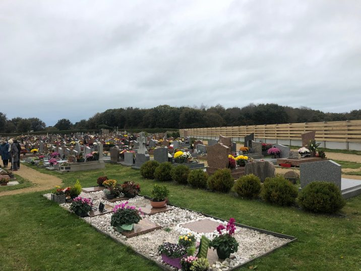 1er novembre 2020 : cimetière fleuri, palissade neuve et confinement