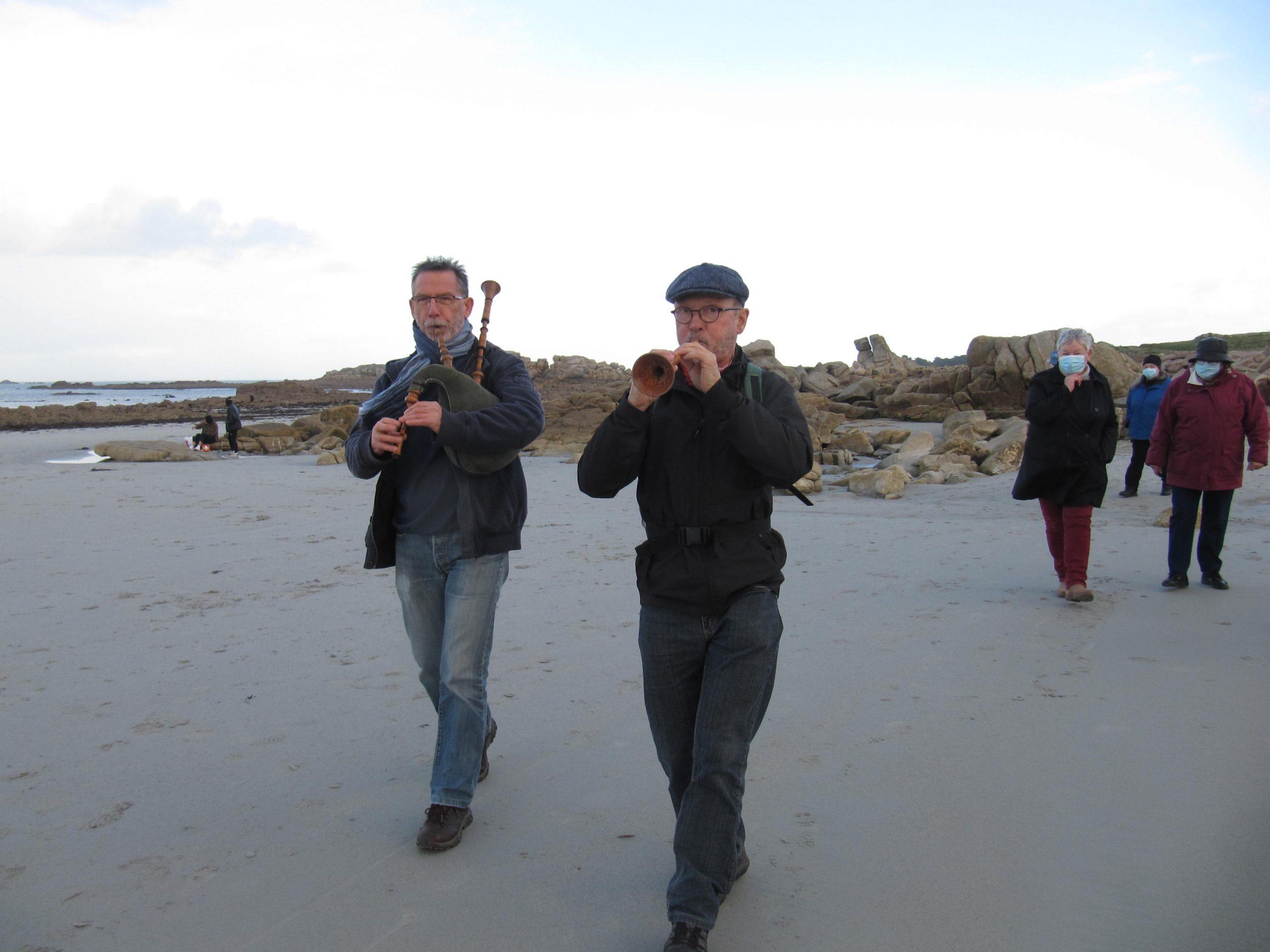 Biniou et bombarde dans les rues de Trévou le samedi 19 décembre avec Gildas Moal et René Chaplain pour le plaisir des promeneurs