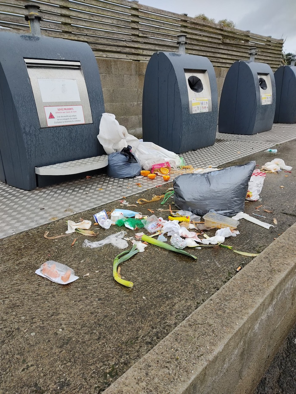 C'était sans doute trop compliqué de mettre les ordures dans les poubelles ?