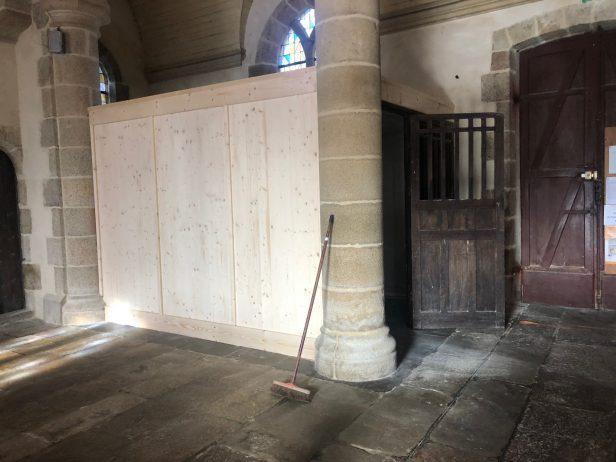 Quelques travaux dans l'église de Trévou-Tréguignec pour accueillir les fidèles.