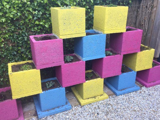 Le patio de la médiathèque prend des couleurs