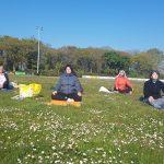 La séance de yoga en plein air a ravi les participants