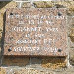 Le Souvenir Français, section de Trévou, rénove la plaque souvenir du Jeune Yves Jouannet tué à Trévou en août 44.